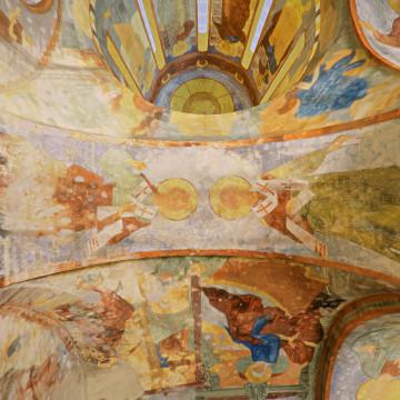 Два апостола от 70-ти (надписи не сохранились). Роспись восточной подпружной арки северо-западного барабана