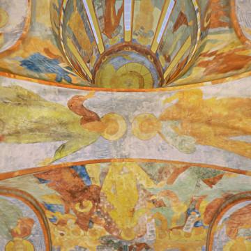 Апостолы Матфей (слева) и Варфоломей (справа). Роспись южной подпружной арки северо-западного барабана.