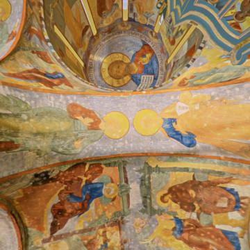Апостолы Андрей Первозванный (слева) и Пётр (справа). Роспись северной подпружной арки центрального барабана